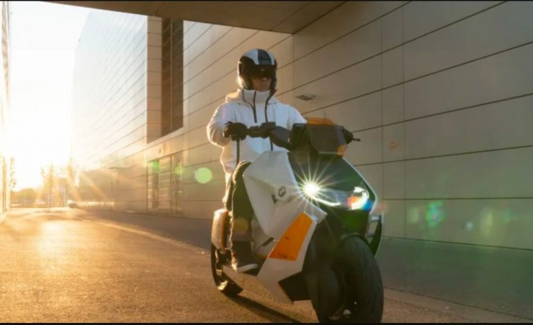 BMW esittelee konseptisähköskootterin, jossa taskussa oleva kännykkä voi latautua ajon aikana skootterin ajoakusta