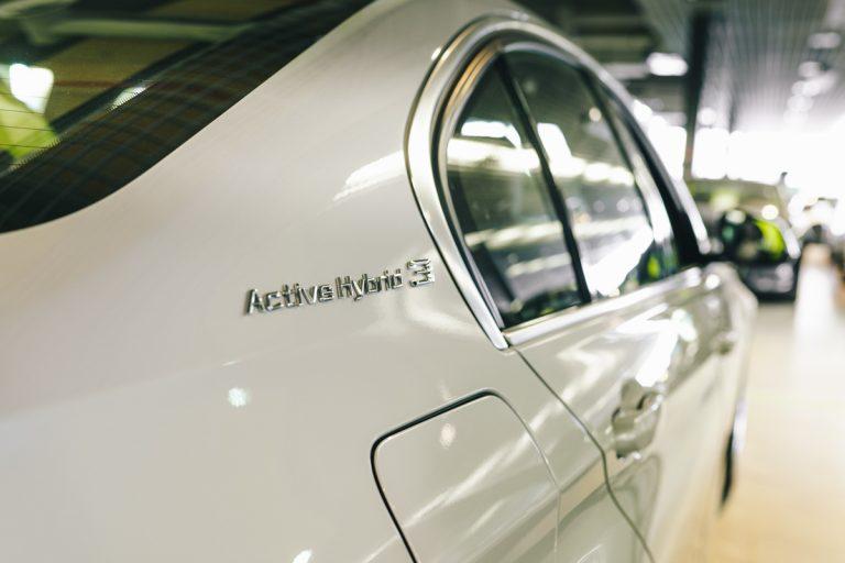 Hybridi- ja sähköautojen vetovoimassa merkittävä muutos kahdessa vuodessa