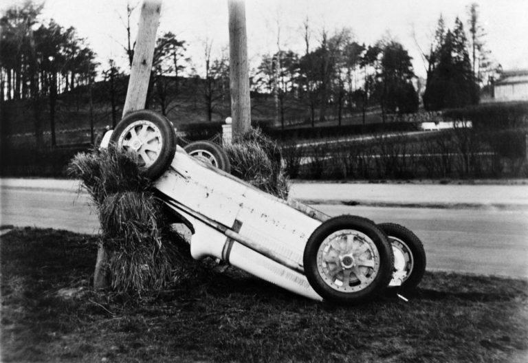 Päivän autourheilukuva: Emil Elon auto ulosajon jälkeen Eläintarhanajoissa 1935