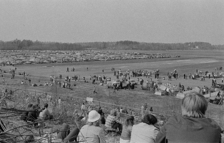 Päivän autourheilukuva: Mikähän autotapahtuma oli Malmin lentokentällä 1970-luvulla