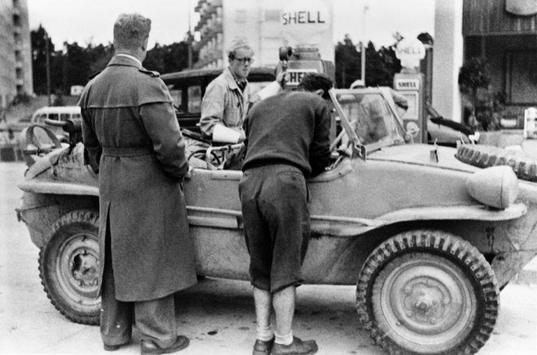Päivän kuva: Amfibioautoa tankataan Tullinpuomin Shellillä Helsingin olympialaisten aikaan