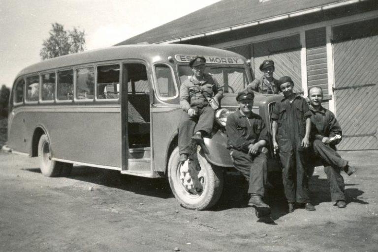 Päivän linja-auto: 1930-luvun Espoo-Muurala-linjan bussi ja henkilökuntaa