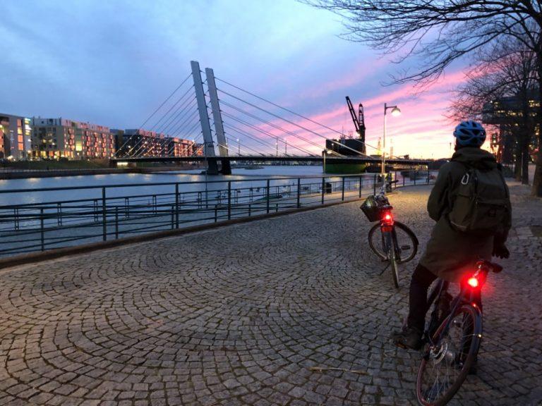 Alankomaiden suurlähetystöltä 3000 pyörän takavaloa koululaisille