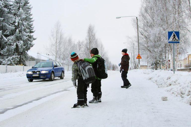Liikenneturva: Lapsia kannattaa muistuttaa lumen tuomista liikenneriskeistä