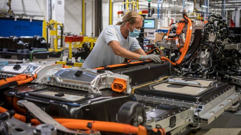 Volvo Cars kolminkertaistaa sähköautojen tuotantokapasiteetin Belgian-tehtaalla