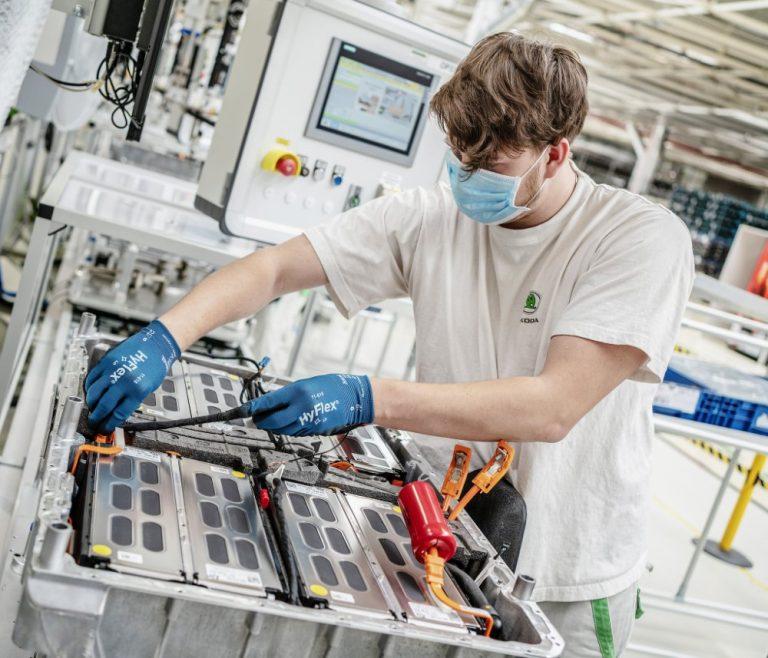 Škoda on valmistanut jo yli 100 000 ajoakkua lataushybrideihin