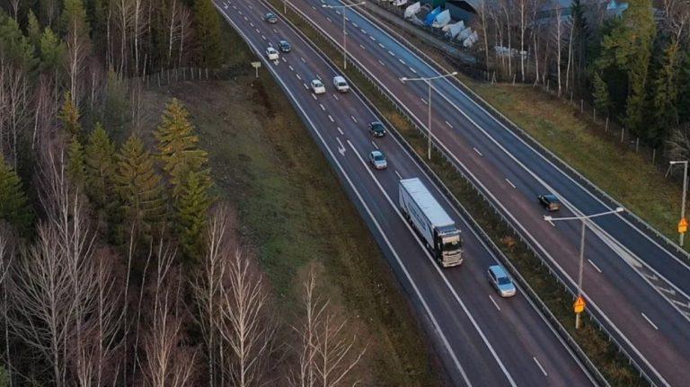 Scania testaa Ruotsissa itseohjautuvia kuorma-autoja normaaliliikenteessä moottoritiellä