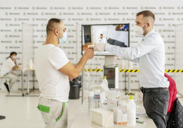 Škoda Auto rokottaa henkilökuntaansa koronavirusta vastaan