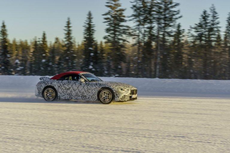 Kahdeksannen sukupolven Mercedes-roadster talvitesteissä Ruotsin lumilla