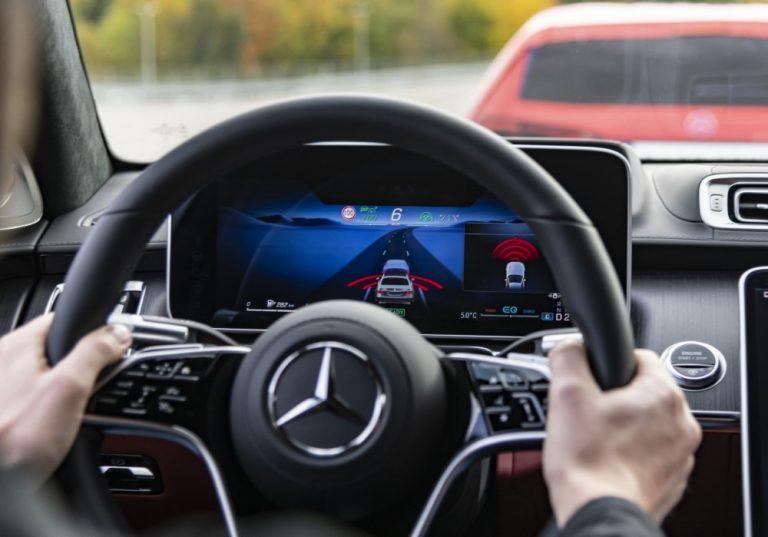 Mercedeksen S-sarjaan runsaasti uutta tekniikkaa