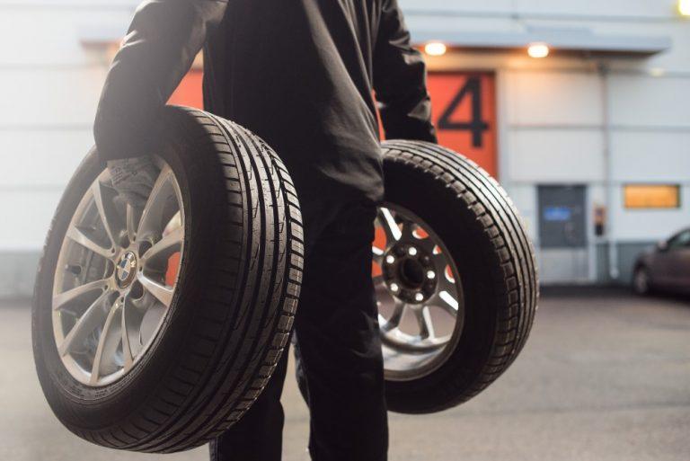 Näin tarkastat renkaat, jos ostat käytetyn auton
