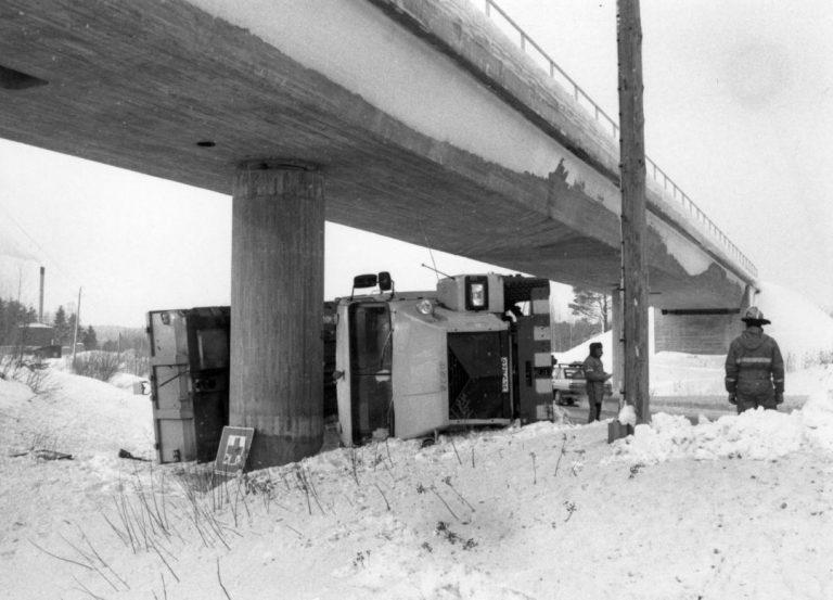 Päivän kolarikuva: Kuorma-autonkuljettaja unohti lavan pystyyn