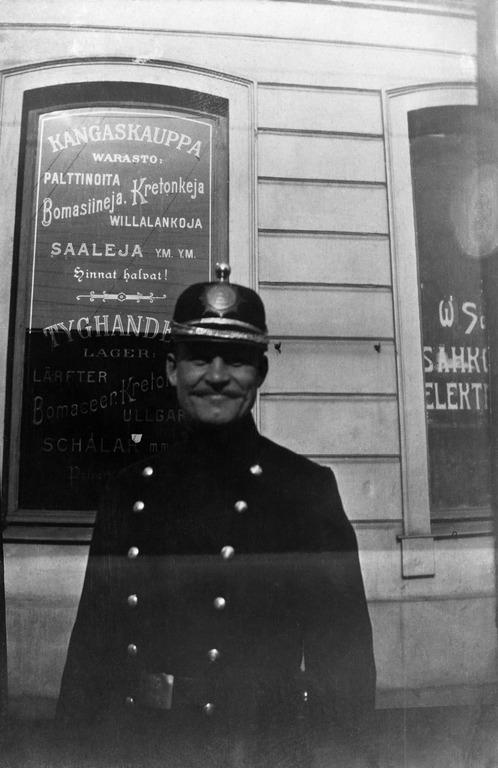 Päivän poliisikuva: Poliisi kangaskaupan edessä