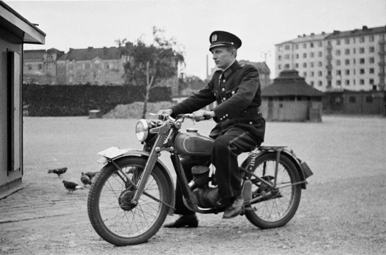 Päivän poliisikuva: Moottoripyöräpoliisi Helsingin Hakaniementorilla
