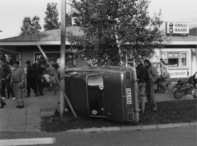 Päivän kolarikuva: Kova vauhti vei henkilöauton kyljelleen keskellä Nurmeksen Kauppatoria