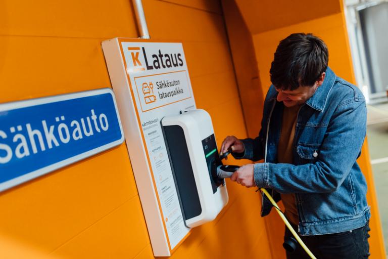 Suurin osa K-Latauksen latauspisteistä siirtyy kWh-perusteiseen hinnoitteluun