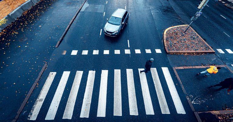 Liikenneonnettomuudet taajamissa — vajaa puolet jalankulkijan kuolemaan johtavista onnettomuuksista tapahtuu suojateillä