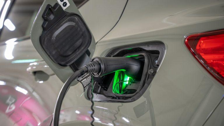 Valtiovarainministeriön esitys vähäpäästöisten työsuhdeautojen kannusteen laajentamisesta vähentää tehokkaasti autokannan päästöjä