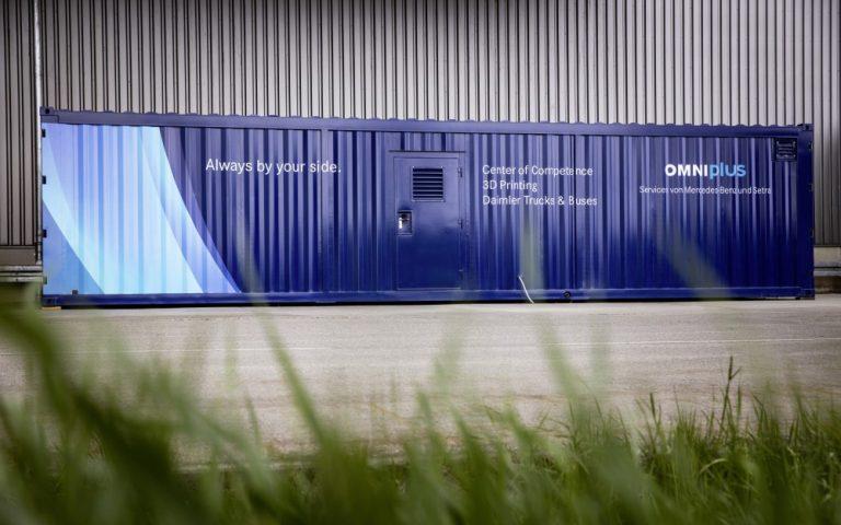 """Konttiin sijoitettu """"varaosatehdas"""" tulostaa alkuperäisosia Daimlerin linja-autoihin"""