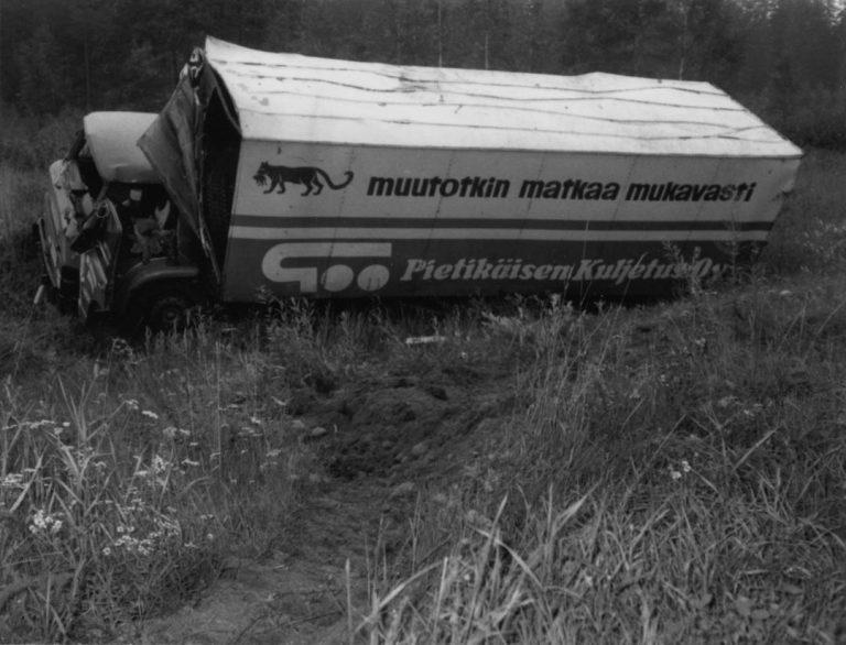 Päivän kolarikuva: Kuorma-auto pyörähti ympäri ja sai kolhuja joka puolelleen