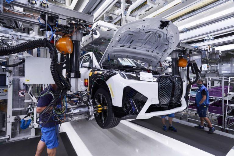 BMW iX:n sarjatuotanto käynnistyy Dingolfingissa