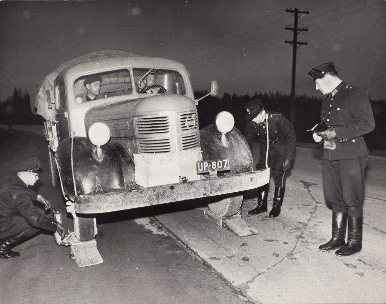 Päivän poliisikuva: Perunakuormaa punnitaan Hyrylän tiellä