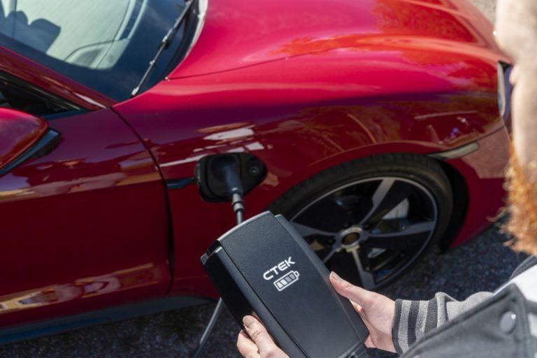 Latausmahdollisuuksien puute ja kallis hinta ovat suurimmat esteet sähköautojen hankinnoille niin Suomessa kuin Ruotsissa