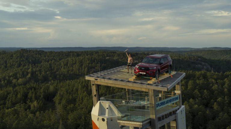 Ford Explorer nostettiin kiipeilytornin päälle 47 metrin korkeuteen Norjan Lillesandissa