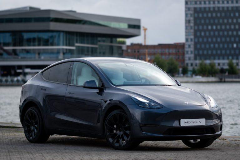 Tesla Model Y on esillä Vantaan myymälässä