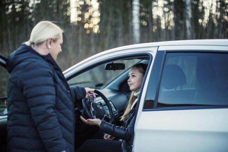 Vinkit vanhemmille, joiden nuorella on tuore ajokortti tai nuori vasta harkitsee ajokortin hankkimista