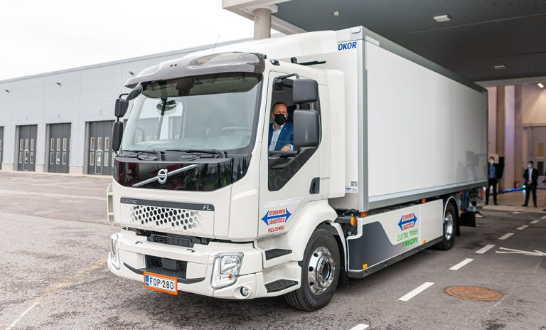 Suomen ensimmäinen Volvo Trucksin sähkökuorma-auto on luovutettu asiakkaalle