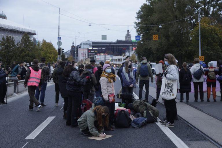 Poliisi lopetti illan aikana Elokapinan mielenosoituksen